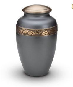 Urn mat grijs met goudkleurige messing en bloemdecoratie