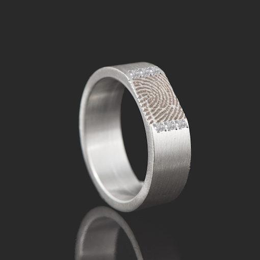Zilveren ring met rechte vingerafdruk en 6 zirkonia stenen