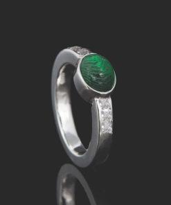 Zilveren ring met vingerafdruk op glazen steen met 6 zirkonia stenen
