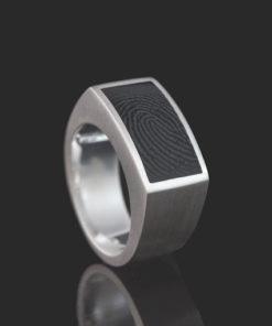 Zilveren ring met rechthoekige vingerafdruk in onyx