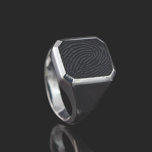 Zilveren ring met vierkante vingerafdruk in onyx
