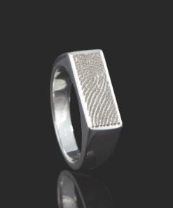 Zilveren zegelring smalle rechthoek met vingerafdruk