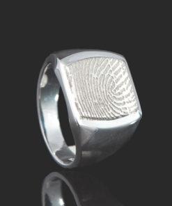 Zilveren zegelring met vingerafdruk
