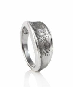 Zilveren gebogen ring met vingerafdruk en 1 pave gezette zirkonia steen
