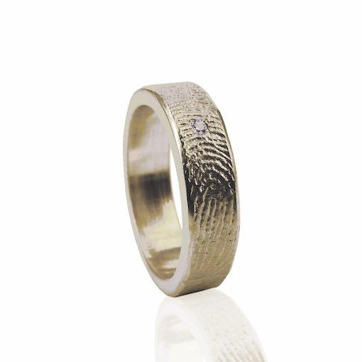 Gouden ring met vingerafdruk en zikronia steen in het midden