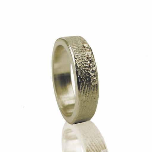 Gouden ring met vingerafdruk en 5 zikronia stenen verticaal