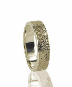 Gouden ring met vingerafdruk en 7 zikronia stenen verticaal