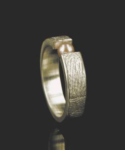 Gouden ring met vingerafdruk en zoetwaterparel