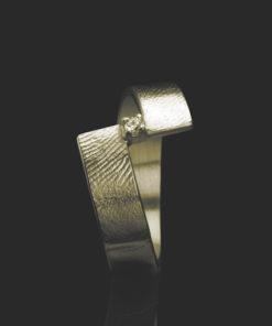 Gouden ring met vingerafdruk en chaton met zakronia steen