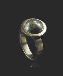 Gouden ring met ronde bolle steen en vingerafdruk