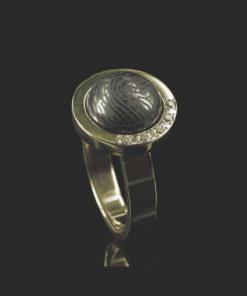 Gouden ring met bolle ronde steen en vingerafdruk