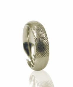 Gouden ring met vingerafdruk en 3 pave gezette zirkonia stenen