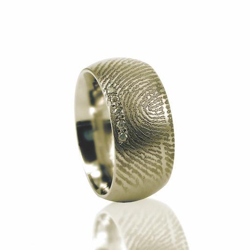 Gouden ring met vingerafdruk en 5 pave gezette zirkonia ringen