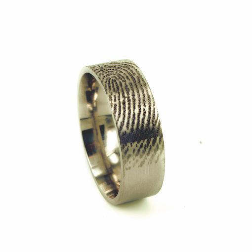 Gouden ring met vingerafdruk