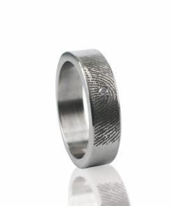 Edelstalen ring met vingerafdruk en een zikronia steen in het midden