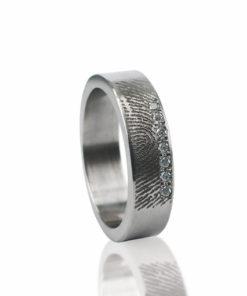 Edelstalen ring met vingerafdruk en 7 zikronia stenen verticaal