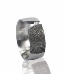Edelstalen ring schuin met 1 pave gezette zirkonia steen rechts