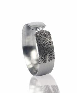 Edelstalen ring rond met vingerafdruk en 1 pave gezette zirkonia steen