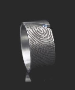 Edelstalen ring schuin met vingerafdruk en 1 pave gezette zirkonia steen rechts
