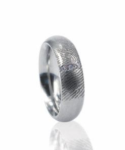 Zilveren ring met vingerafdruk en zirkonia stenen