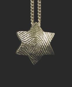 goud hanger met vingerafdruk