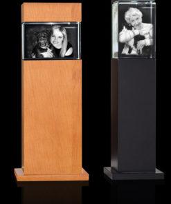 Zwarte of houten zuil met verticale fotolijst incl. lasergravure